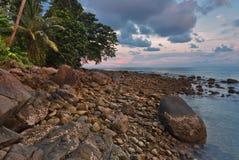 Sombere tropische zonsondergang stock fotografie
