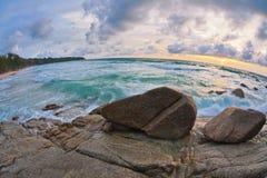 Sombere tropische zonsondergang royalty-vrije stock fotografie