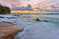 Sombere tropische zonsondergang royalty-vrije stock foto