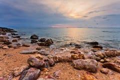 Sombere tropische zonsondergang stock afbeeldingen