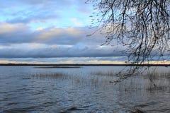 Sombere wolken over een mooi meer in regenachtig weer stock foto