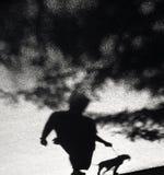 Sombra borrosa de una persona y de un perro Fotos de archivo libres de regalías