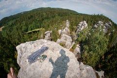 Sombra con los pulgares para arriba en el top de la roca imágenes de archivo libres de regalías
