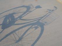 A sombra da bicicleta Fotografia de Stock