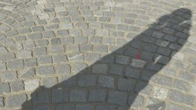 Sombra da menina na pedra video estoque
