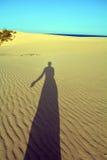 Sombra da mulher nas dunas de areias Corralejo Fuerteventura Foto de Stock