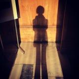 Sombra da mulher que estende no assoalho e na parede da construção velha fotos de stock royalty free
