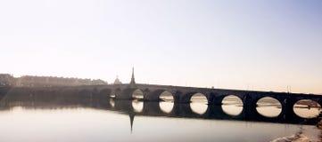 Sombra da ponte na água fotos de stock
