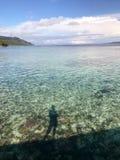 Sombra da silhueta da mulher no cais da ilha do kri Imagens de Stock Royalty Free
