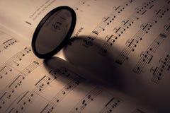 sombra dada forma coração na folha de música Imagens de Stock