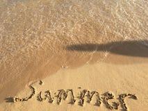 Sombra de alguém que olha o verão da palavra que está sendo lavada afastado Fotografia de Stock Royalty Free
