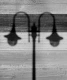 Sombra de lâmpadas de rua no fundo de madeira foto de stock