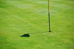 Sombra de la bandera en el campo del golf Fotografía de archivo
