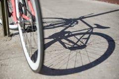 Sombra de la bicicleta en el camino Fotos de archivo libres de regalías
