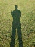 Sombra de la gente adquirida un día soleado fotos de archivo