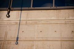 Sombra de la grúa en el edificio industrial Imágenes de archivo libres de regalías
