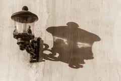 Sombra de la lámpara en la pared Foto de archivo libre de regalías