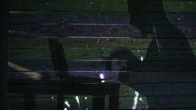 Sombra de la mano y del ordenador portátil en la pared metrajes