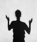 Sombra de la muchacha que estira sus manos hacia el cielo Foto de archivo libre de regalías