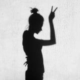 Sombra de la muchacha que muestra la victoria por el finger Fotos de archivo libres de regalías