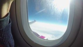 Sombra de la porta de la ventana de abertura del pasajero, vuelo plástico de la cortina almacen de video