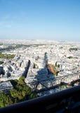 Sombra de la torre Eiffel en París iluminada por el sol Francia abajo fotografía de archivo
