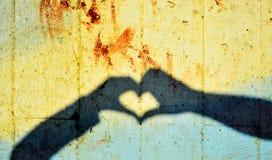Sombra de las manos que forman el corazón Fotografía de archivo