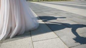 Sombra de los pares en el asfalto almacen de metraje de vídeo