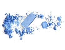 Sombra de ojos azul en caja en fondo machacado Fotografía de archivo