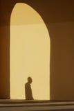 Sombra de um homem na parede amarela imagem de stock
