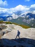 Sombra de un caminante solo en las montañas Fotos de archivo