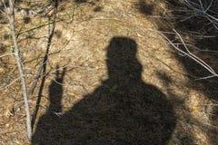 Sombra de un hombre en la tierra imagen de archivo libre de regalías