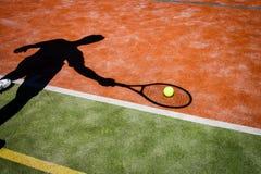 Sombra de un jugador de tenis en la acción Fotografía de archivo