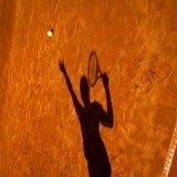 Sombra de un jugador de tenis en la acción Fotos de archivo