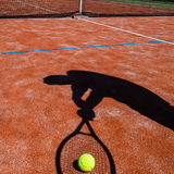 Sombra de un jugador de tenis en la acción Imagenes de archivo