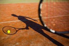 Sombra de un jugador de tenis en la acción Imagen de archivo