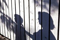 Sombra de un muchacho con la madre fotos de archivo