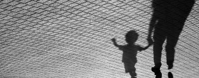 Sombra de un niño y de un hombre Imagen de archivo libre de regalías