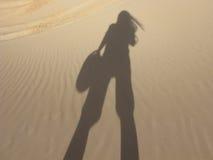 Sombra de una muchacha del Off-Roader en la arena de Glamis Imagen de archivo