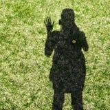 Sombra de una mujer que agita su mano Imagen de archivo libre de regalías