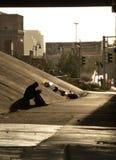 Sombra de una sentada individual bajo paso superior de la carretera Fotos de archivo