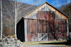 Sombra del árbol en granero Fotos de archivo libres de regalías