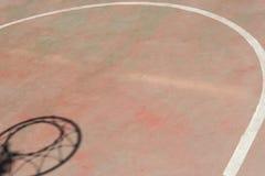 Sombra del aro en cancha de básquet Foto de archivo libre de regalías