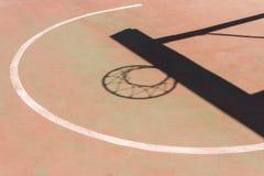 Sombra del aro y del tablero en cancha de básquet Imagen de archivo libre de regalías