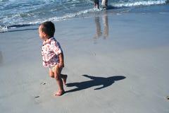 Sombra del bebé en la playa Imagenes de archivo