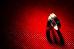Sombra del corazón de los anillos de bodas fotos de archivo libres de regalías