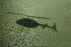 Sombra del helicóptero en pantano. Foto de archivo