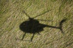 Sombra del helicóptero sobre campo Fotos de archivo