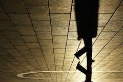 Sombra del hombre que recorre Imágenes de archivo libres de regalías