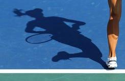 Sombra del jugador de tenis de la mujer Imagenes de archivo